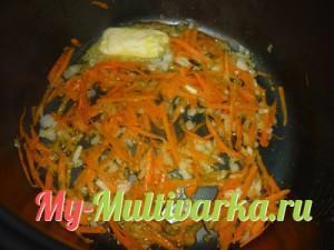 Обжарить лук и тертую морковь