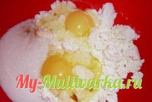 Смешать творог, яйца, сахар и ванилин
