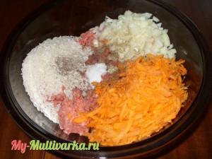 Смешать с нашинкованным луком, натертой морковью и рисом сырым