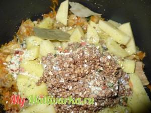 добавляем гречку, картошку, лавровый лист, все солим
