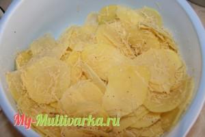 Картофель нарезать тонкими кружочками и добавить к сыру