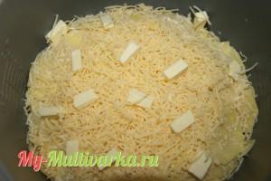 Посыпать оставшимся сыром и маленькими кусочками сливочного масла