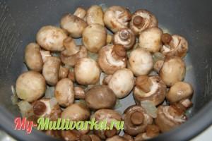 Лук и грибы обжаривать