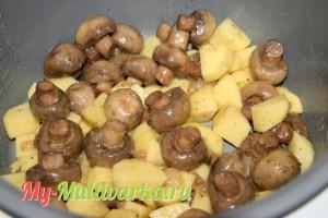 Положить в мультиварку картофель