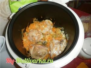 Добавляем нарезанную морковь и лук