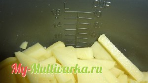 Режем картошку ломтиками и выкладываем ее в мультиварку