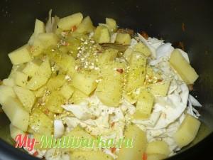 Добавить картошку, соль и приправу