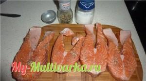 Рыбу с обеих сторон: солим, посыпаем специями