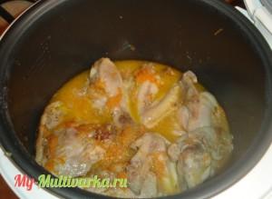 Через минуты две добавить курицу, налить воду, соль