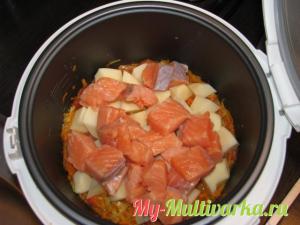 Семгу, и картофель нарезать кубиками и добавить в мультиварку