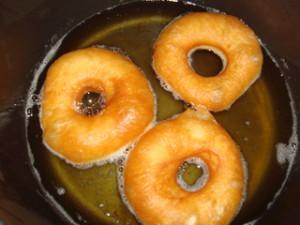 Обжарить пончики