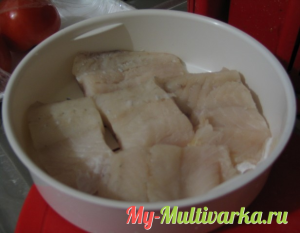 Рыбу режем крупными кусочками и выкладываем в контейнер для варки на пару